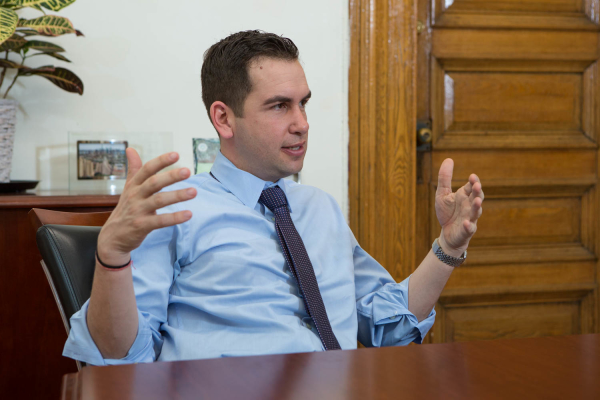 Lynn Hazan interviews Mayor Steven Fulop for chicpeajc.com. Photo: Greg Pallante